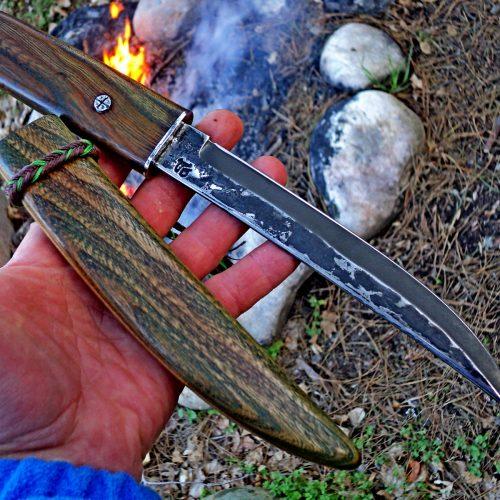 Нож 9 кован от стомана Х12МФ високовьглеродна полунерьждаема подходяща за ловци и туристи ,точи се лесно и дьлго реже и е сьс размери острие 175 на 23 мм .Дьрвото е Бряст импрегниран и полиран